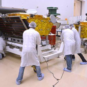 Pracovníci při přípravě satelitů
