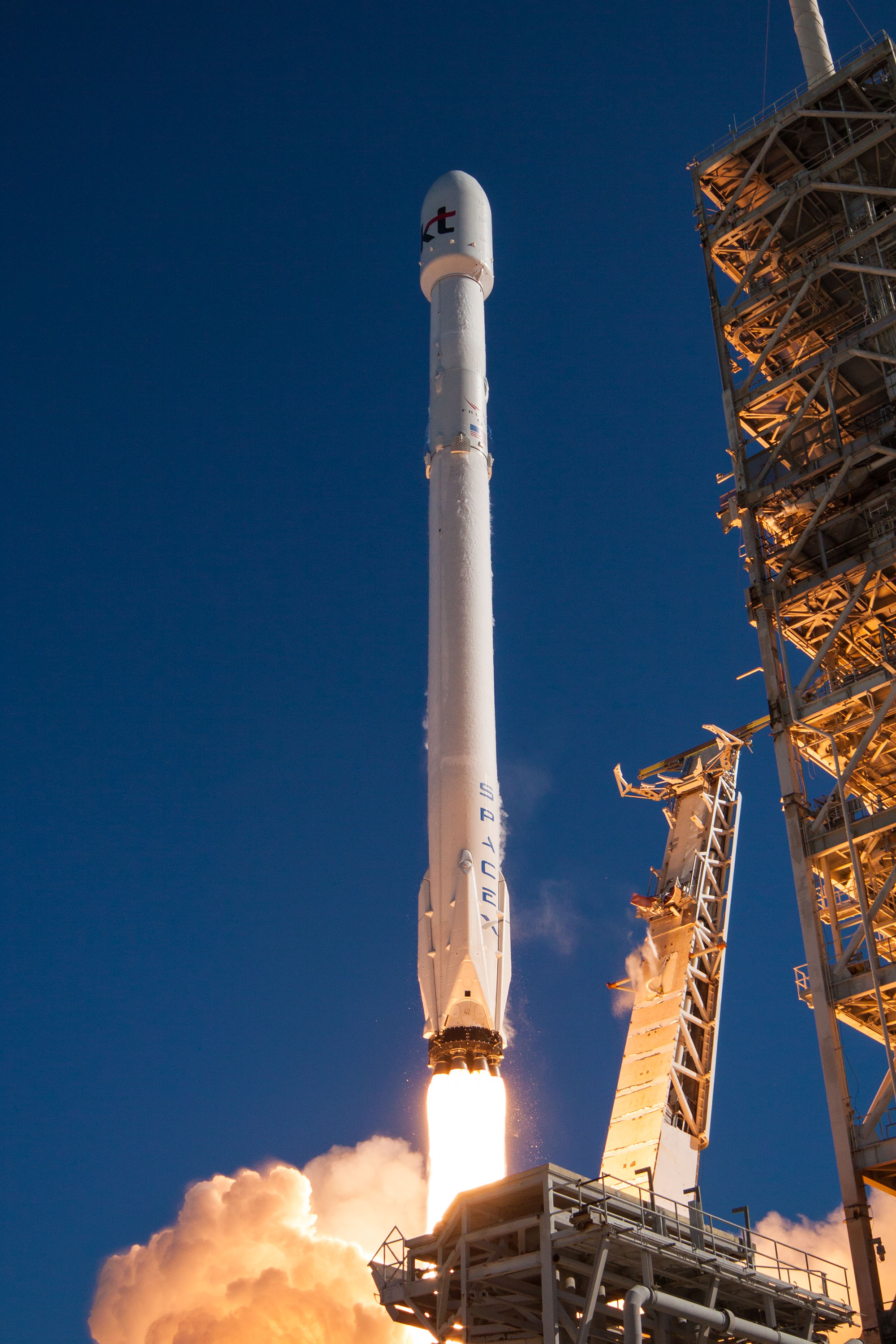 spacex launches rocket - 675×1012